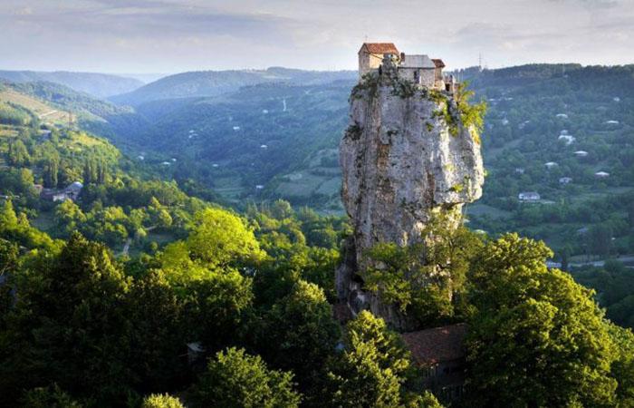 Скала-монолит в уединенном месте Грузии, на вершине которой поселился монах-столпник. /Фото:bigpicture.ru